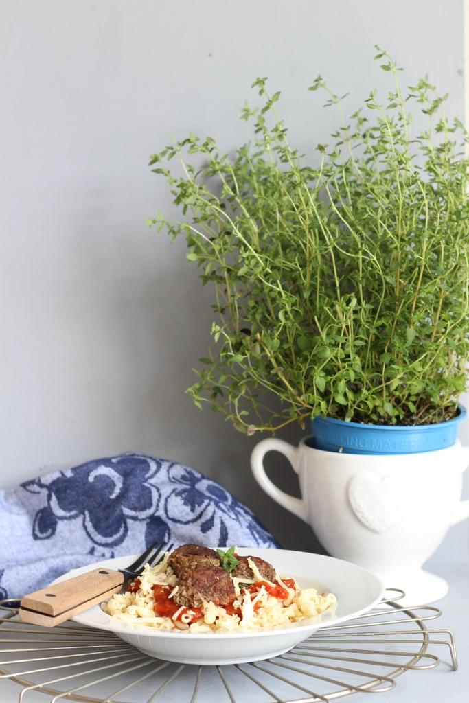 Afbeelding met tafel, wit, bord, voedsel  Automatisch gegenereerde beschrijving